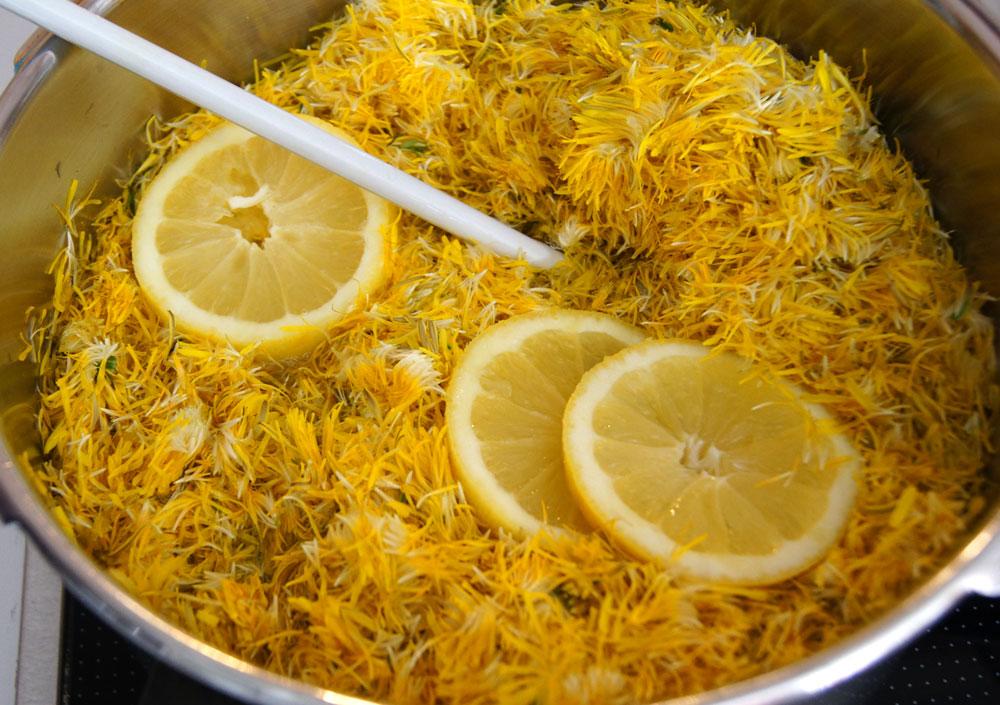 Wasser, Blütenblätter und Zitrone